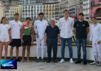 Atleti CN Posillipo con Presidente Semeraro e logo Lineablu RAI