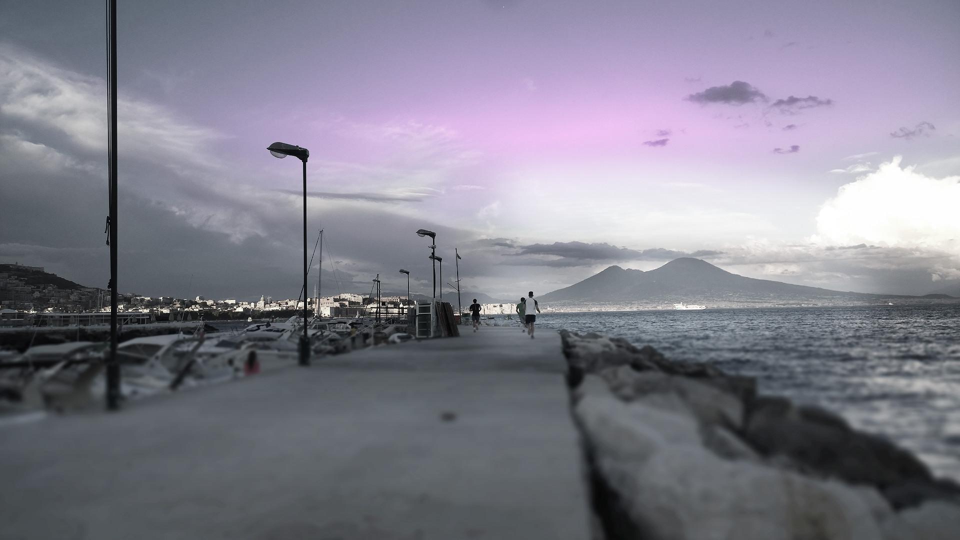 Tramonto al Posillipo con Vesuvio atleti corrono